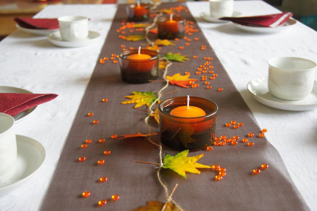 Tischdeko herbst in braun tischdekoration im herbst for Tischdekoration herbst