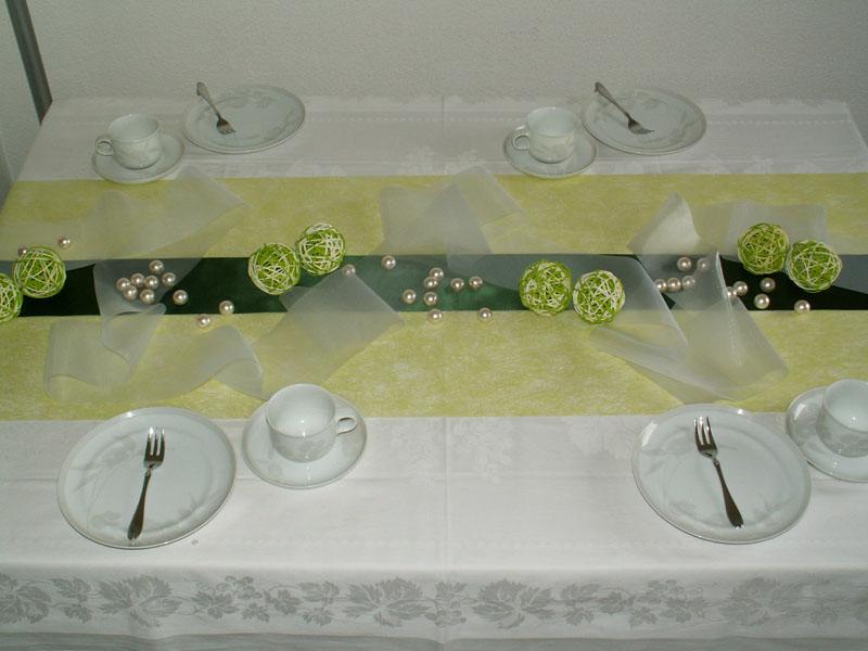 Tischdekoration satin dunkel gr n die tischdekoration zu for Tischdekoration festlich