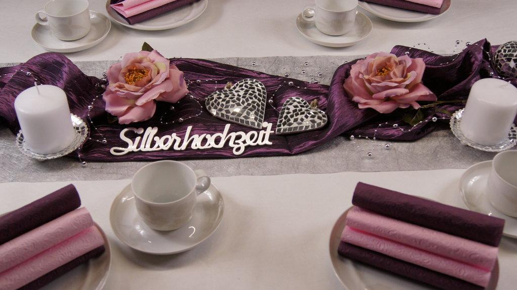 Tischdeko silberhochzeit aubergine rosa tischdeko for Tischdeko silberhochzeit